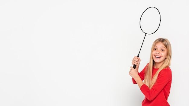 Copia-espacio niña jugando con raqueta de tenis Foto gratis