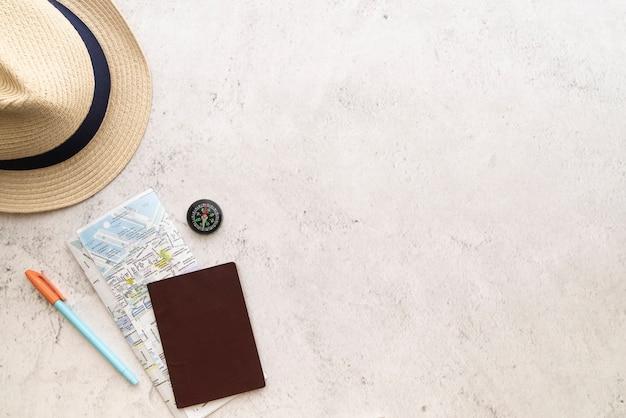 Copia espacio sombrero de paja y mapa Foto gratis