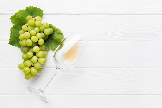 Copia espacio de uvas blancas para vino. Foto gratis