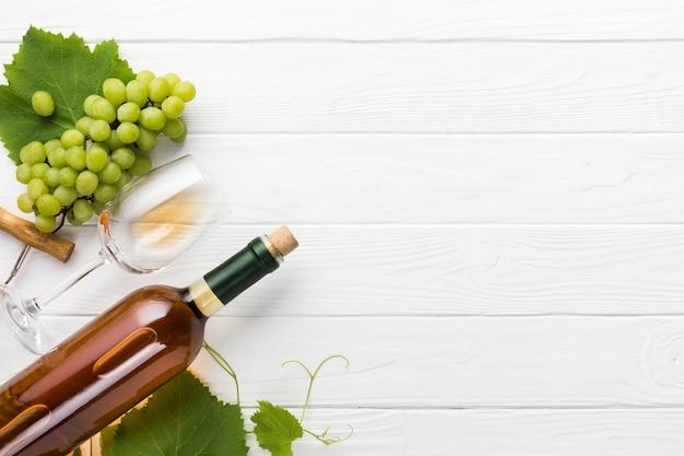 Copia espacio de vino blanco sobre fondo de madera. Foto gratis