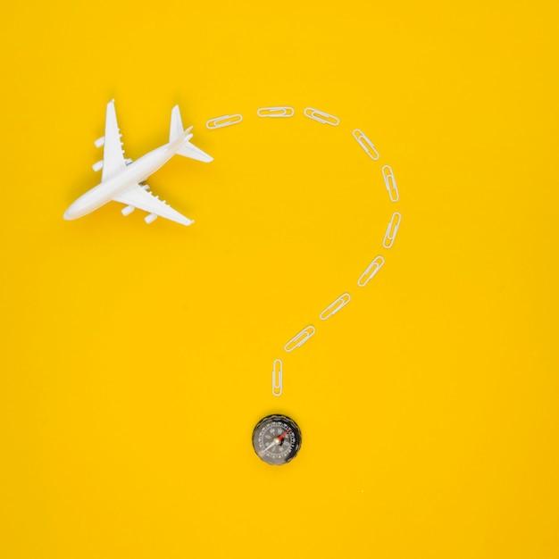 Copiar avión espacial con dirección de mapa Foto gratis