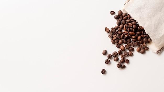 Copiar espacio granos de café en bolsa de papel Foto gratis