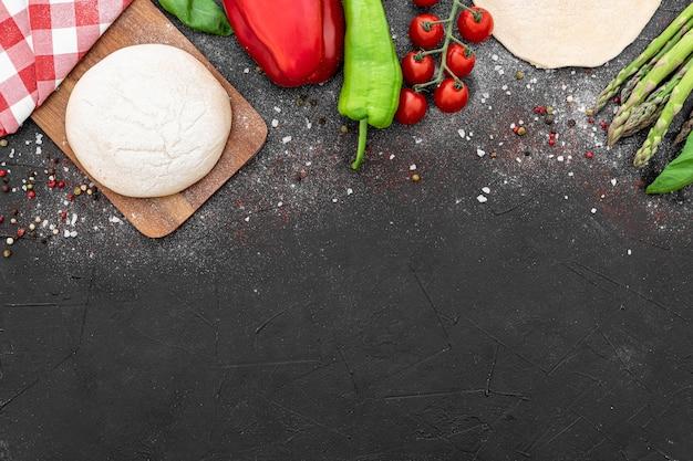 Copiar espacio masa y verduras para pizza Foto Premium
