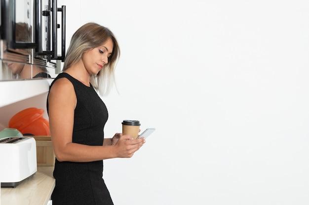 Copiar espacio con mujer con café Foto gratis