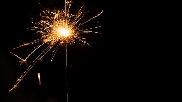 Copiar fuegos artificiales en la noche de año nuevo Foto gratis