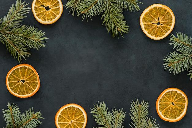 Copie el espacio rodajas de limón y agujas de pino Foto gratis