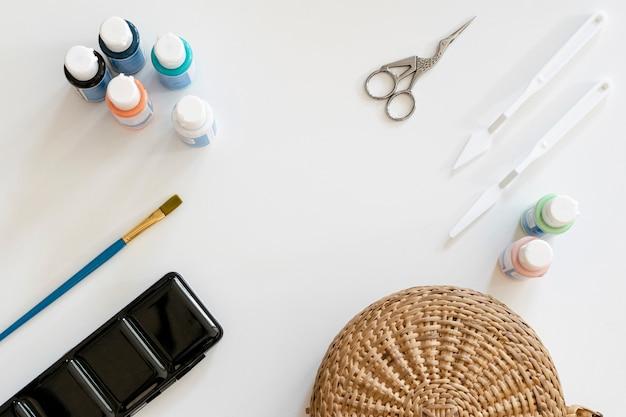 Copie el espacio con suministros de pintura. Foto gratis
