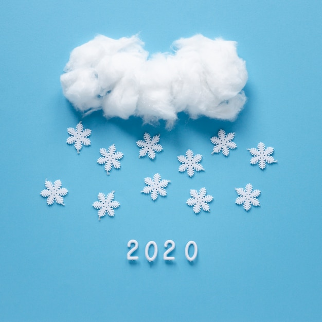 Copos de nieve hechos a mano y nube Foto gratis