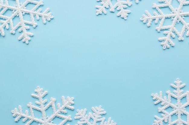 Copos de nieve sobre superficie azul Foto gratis