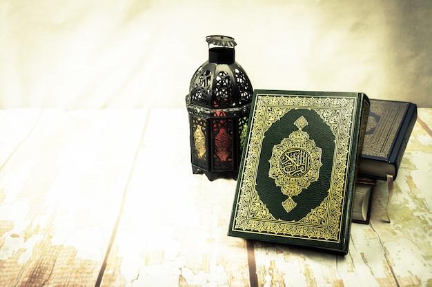 Corán - libro sagrado de los musulmanes (artículo público de todos los musulmanes) sobre la mesa, bodegón Foto Premium