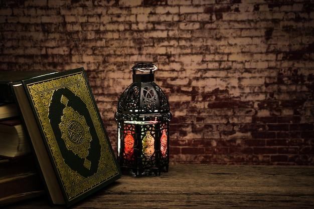 Corán - libro sagrado de los musulmanes (artículo público de todos los musulmanes) sobre la mesa, naturaleza muerta Foto Premium