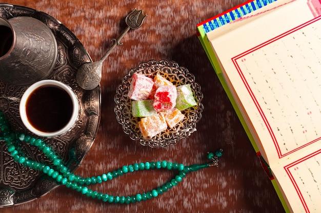 Corán, té y delicias turcas Foto Premium