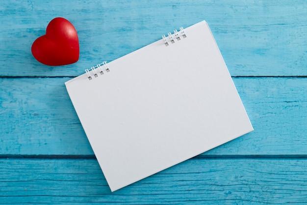 Corazón de amor y calendario vacío Foto Premium
