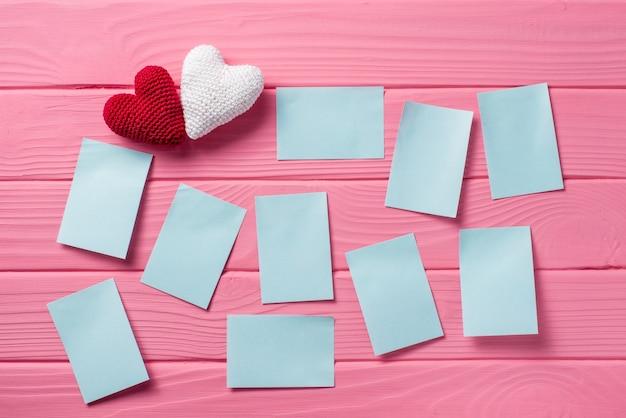 Corazón blanco sobre un fondo de madera de color rosa, el concepto de San Valentín Foto Premium