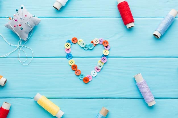 Corazón de botones para el día de san valentín con una cuerda Foto gratis