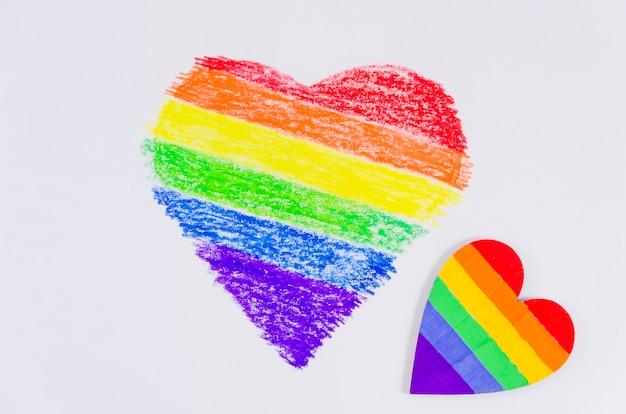Corazón con los colores de la bandera del orgullo Foto gratis