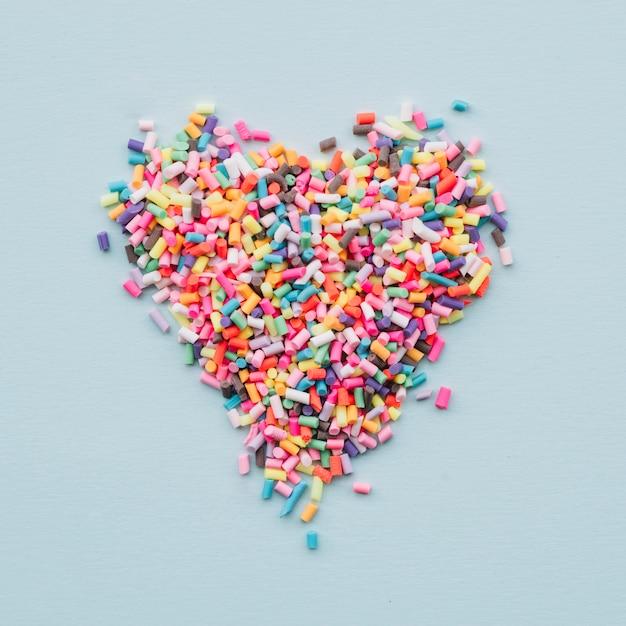 Corazón de diferentes dulces brillantes. Foto gratis