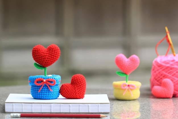 Corazón de ganchillo hecho a mano con un gancho y una bola de hilo Foto Premium