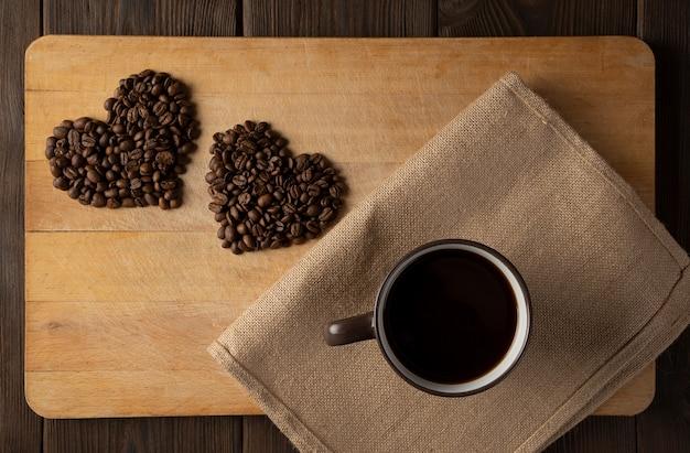 Un corazón de granos de café. Foto Premium