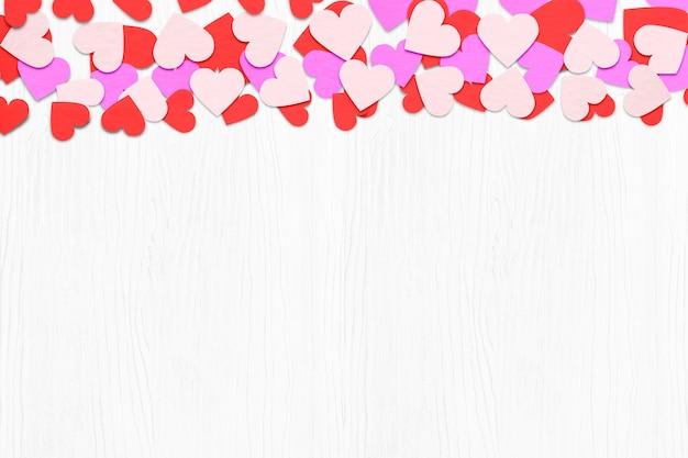 Corazón de papel sobre fondo blanco de madera. con copia espacio. conceptos del día de san valentín. Foto Premium
