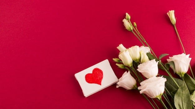 Corazón pequeño lienzo con ramo de flores. Foto gratis