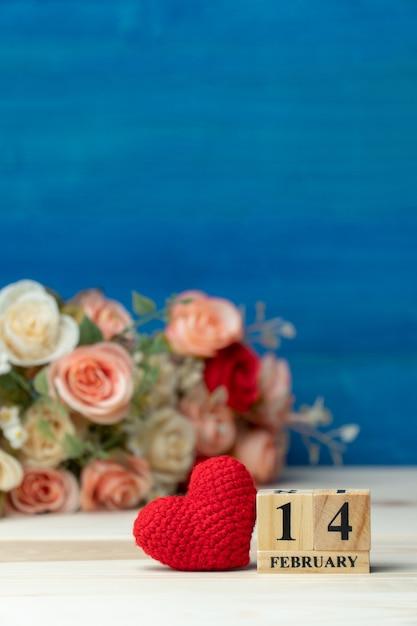 1fc0feac5bf1 Corazón rojo al lado del calendario de bloques de madera