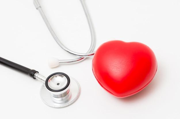 Corazón rojo y un estetoscopio. aislado en el fondo blanco iluminación de estudio. concepto para salud y medico. Foto Premium