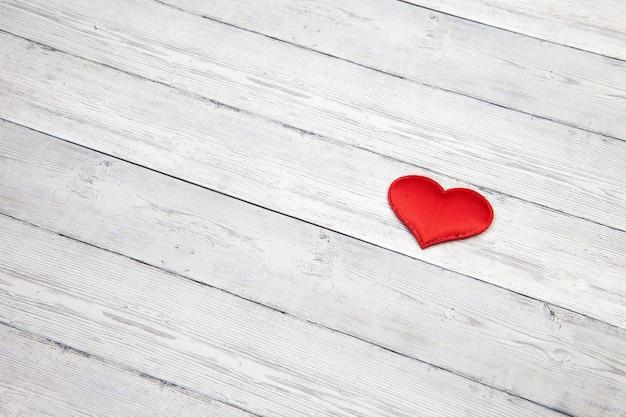 Corazón rojo en el fondo de madera, concepto del amor, espacio para el texto. Foto Premium