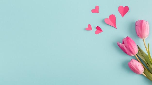 Corazones de papel y ramo de flores. Foto gratis
