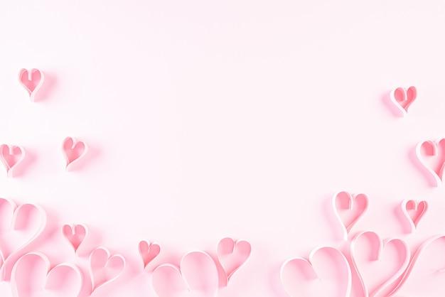 Corazones de papel rosa sobre fondo de papel rosa, amor y concepto de día de san valentín. Foto Premium