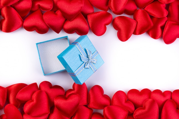 Corazones rojos con caja de regalo, concepto de fondo del día de san valentín. Foto Premium