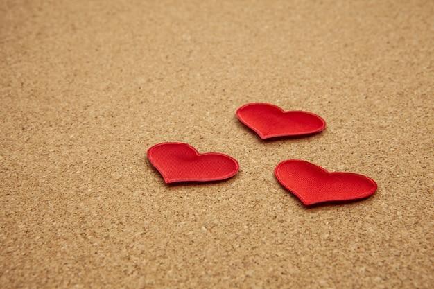 Corazones rojos en el panel de corcho, fuerte concepto de amor Foto Premium