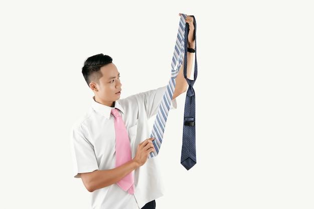 Corbata de hombre recogiendo Foto gratis
