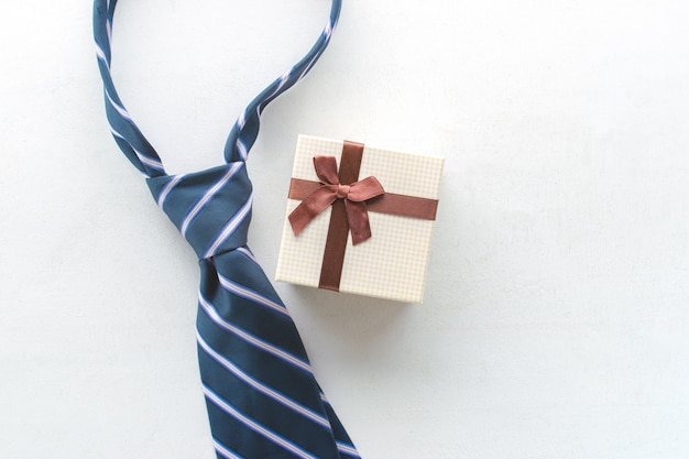 Corbata con la opinión del regalo desde arriba del concepto feliz del fondo de la inscripción del día de padre. Foto Premium