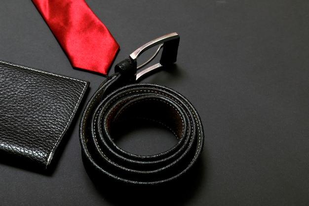 Corbata roja para hombres y cinturón de cuero. Foto Premium