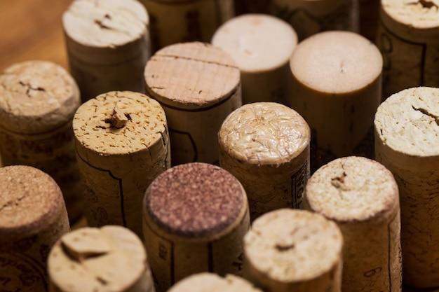 Corchos de vino sobre la mesa Foto gratis