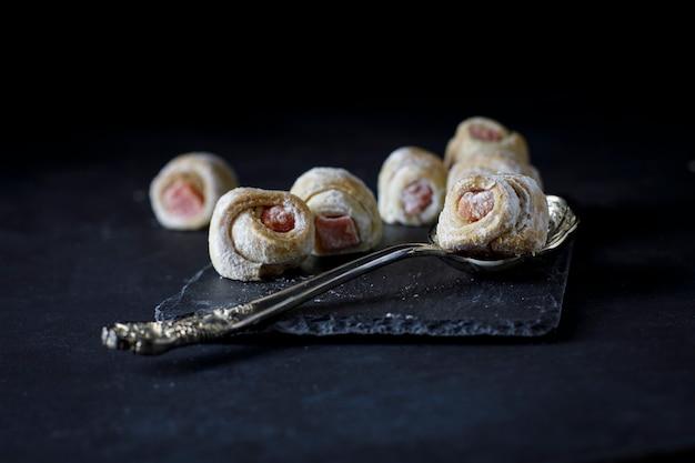 Cornulete dulce tradicional de europa del este relleno de fresa Foto Premium