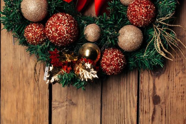 Corona navideña de adviento en puerta de madera o decoración de pared. Foto Premium