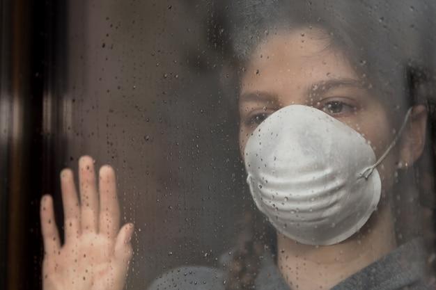 Foto Premium   Coronavirus pandémico covid-19, niña en aislamiento  domiciliario