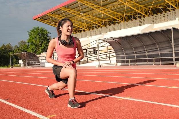 Corredor deportivo mujer asiática en ropa deportiva de moda. Foto Premium