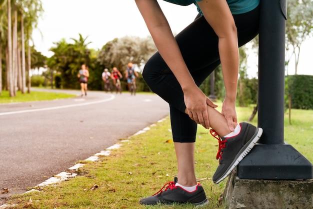 Corredor de fitness mujer siente dolor en la pierna del tobillo Foto Premium