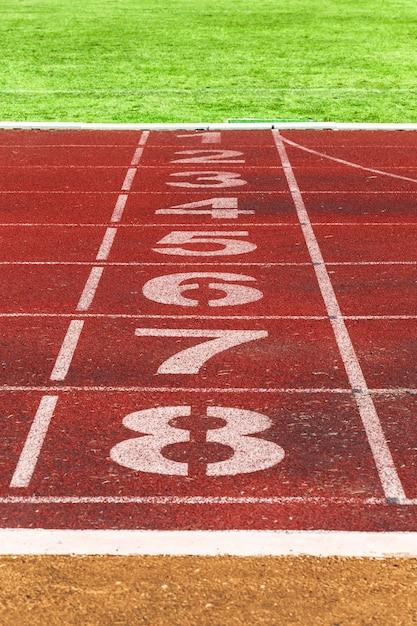 ccf617a5bb Correr líneas de pista con hierba verde. pista de carreras. pista del  estadio | Descargar Fotos premium