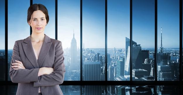 Cortar el lugar de trabajo joven adulto bastante rascacielos ...
