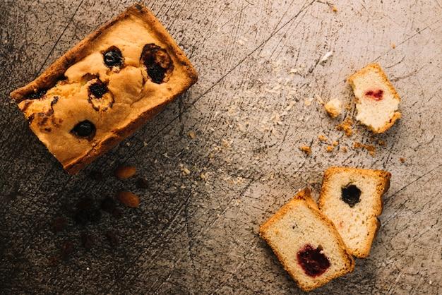Cortar pastel con mermelada en mesa gris Foto gratis