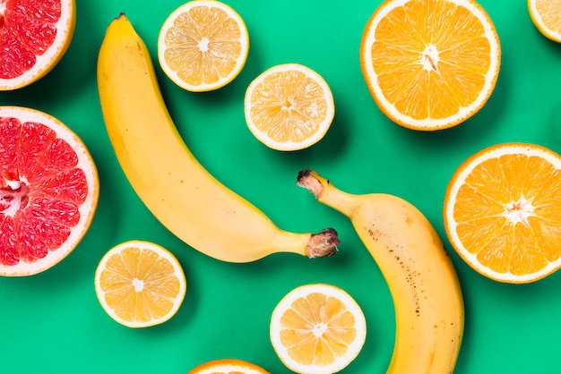 Corte de coloridas frutas tropicales frescas. Foto gratis
