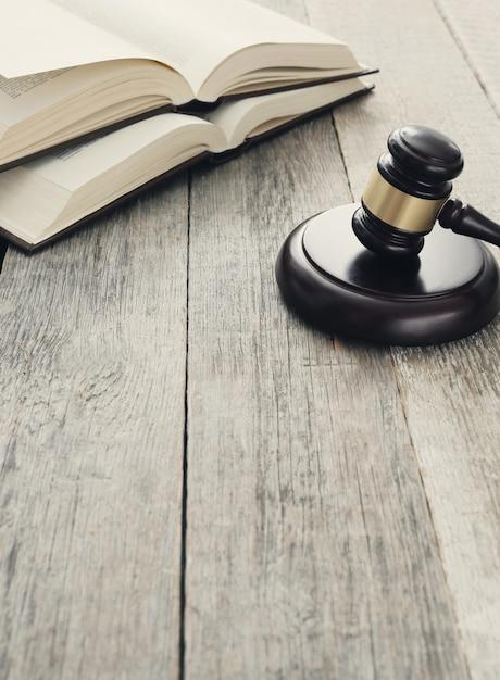 Corte martillo y libros. juicio y concepto de ley Foto gratis