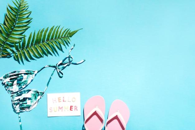 Cosas de resort de verano sobre fondo azul Foto gratis