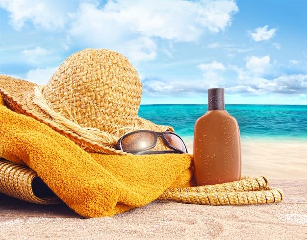 Cosmética en playa con fondo maravilloso. Foto Premium