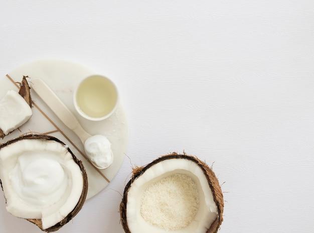 Cosmético orgánico hecho en casa con el coco para el balneario en el fondo blanco Foto gratis
