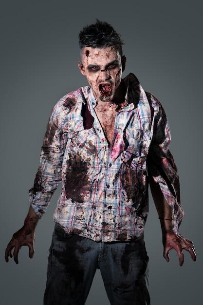 Cosplay de disfraz de zombie aterrador Foto gratis